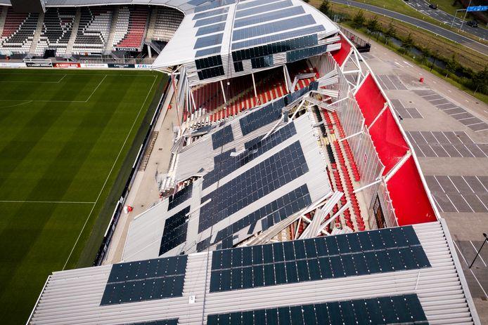 Dronefoto van de schade aan het dak van het AFAS Stadion van AZ.