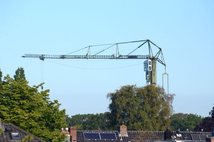 Een bouwkraan bij een nieuwbouwproject in Nijmegen.