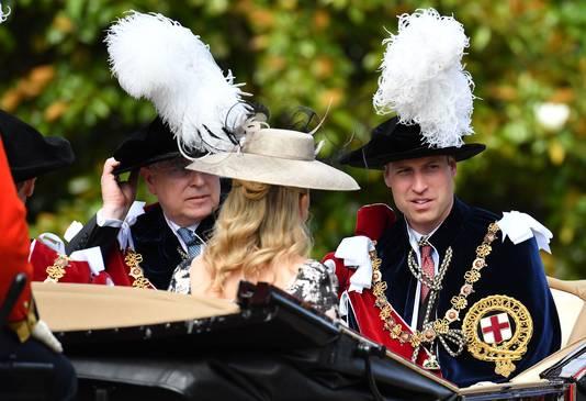 De Britse prins Andrew, Hertog van York, (links) en de Britse prins William, Hertog van Cambridge, toen zij vorig jaar bij de ceremonie arriveerden.