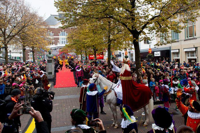 Sinterklaas gebruikte zowel een koets als een paard tijdens zijn intocht door Apeldoorn.