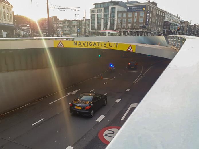 Een politiemotor blokkeerde de linkerrijstrook in de Willemstunnel.