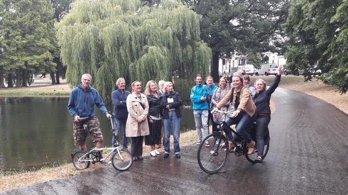 Actievoerders voor de treurwilg in het park bij de Lauwersgracht in Arnhem. De boom is voor drie jaar gered. Daarna volgt opnieuw onderzoek over de vraag of kappen noodzakelijk is.