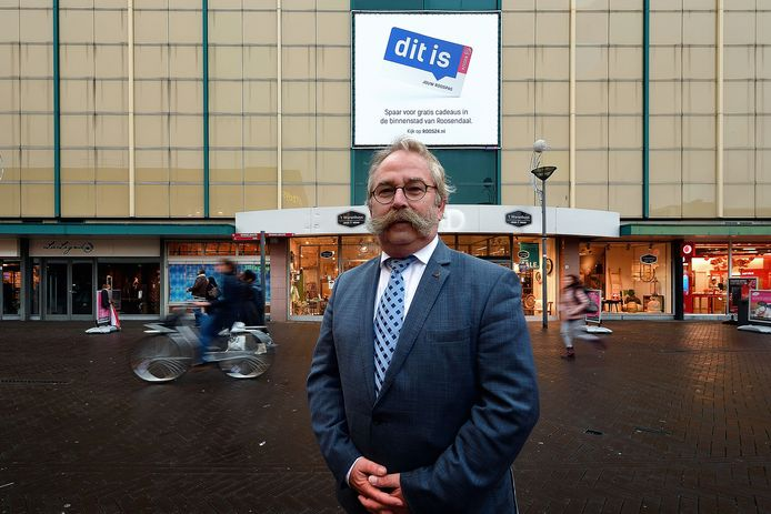 Wethouder Cees Lok (VVD) in het winkelhart van Roosendaal.