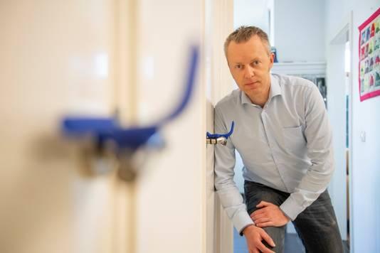 Sebastiaan Moes bedacht de L-Bow-deurgreep thuis in z'n Enterse atelier.