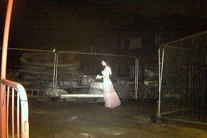 """La """"mariée fantôme"""" filmée par les caméras de surveillance."""