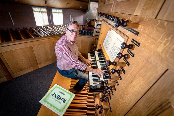 Everhard Zwart op het orgel van de  Nieuwe Westerkerk in Capelle aan de IJssel.