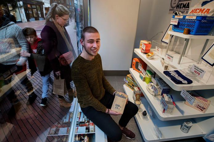 Randy van Merwijk in de etalage van de Hema, nu nog aan de Rechtestraat in Eindhoven.