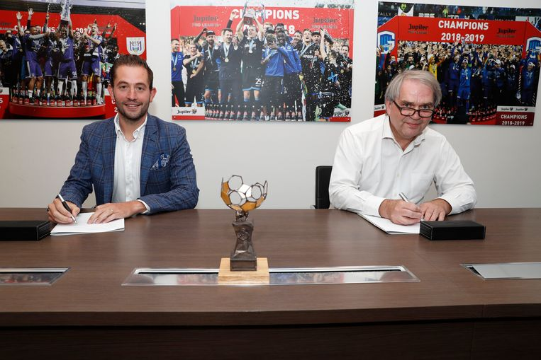 Guillaume Collard van Eleven Sports en Pro League-CEO Pierre Francois ondertekenen het televisiecontract.