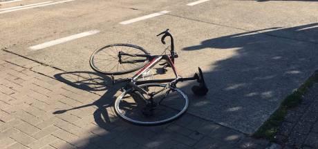 Wielertoerist komt ten val na aanrijding en belandt deels onder andere auto