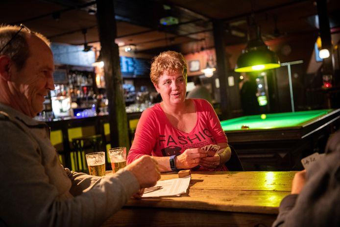 Lia Bosch klaverjast iedere dinsdagavond in Cafe de Flierefluiter.