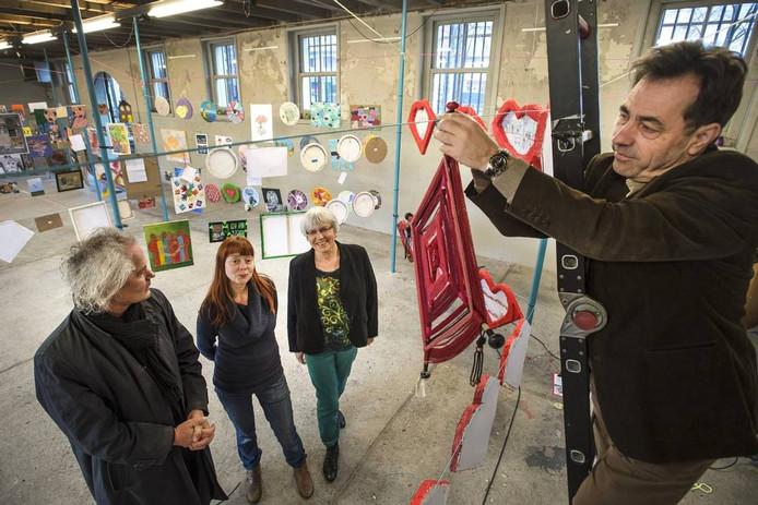 Expositie in de StadsGalerij v.l.n.r. Ad Kin en Cécile Verwaaijen van de Nieuwe Veste, Karin Viets van WIJ en, op de ladder, John Beckers van WIJ.