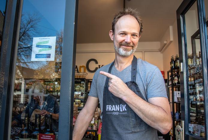 Olaf Heinen, mede-eigenaar van Franck Food, wijst op de sticker die aangeeft dat zijn eetwinkel deelneemt aan de actie.