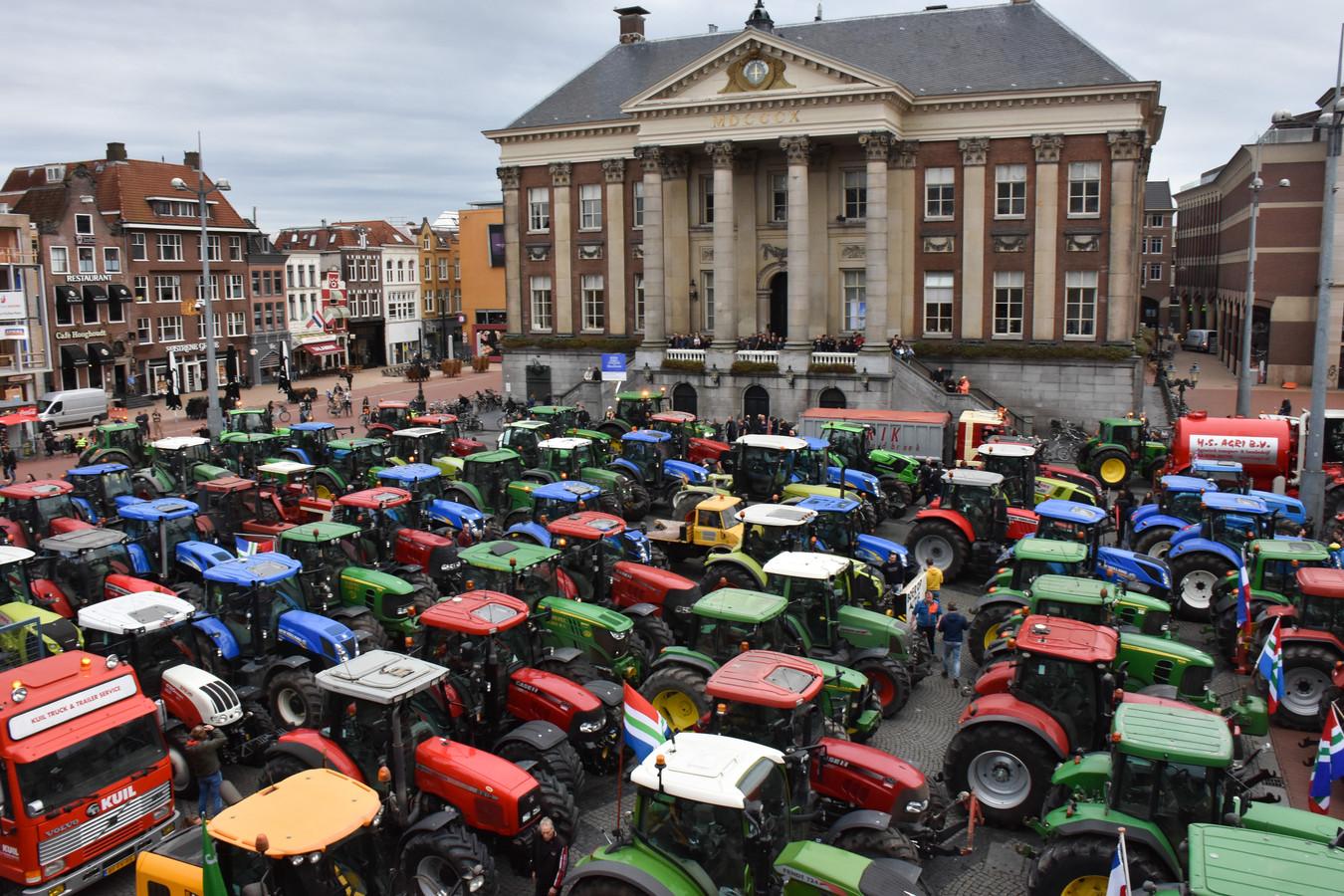 Honderden boeren uit Groningen, Friesland, Drenthe en Overijssel zijn maandagochtend en -middag naar Groningen gekomen om te protesteren tegen het stikstofbeleid.