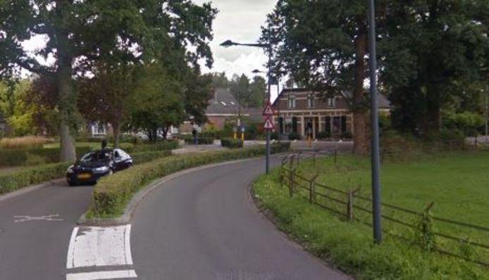 De bocht in de Koekoeksweg in Olst waar het flink misging voor de tieners uit Deventer. Ze botsten tegen de linker woning, die deels achter de bomen is verscholen op deze foto.
