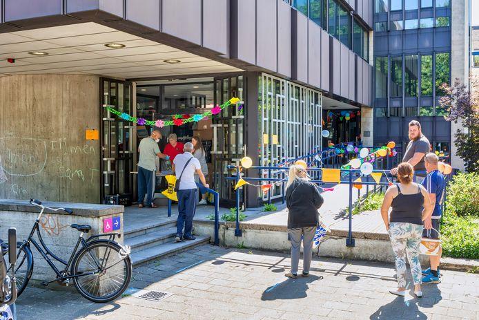 Een rij voor het uitgiftepunt van de net geopende dierenvoedselbank in de voormalige rechtbank in Breda, aan de Sluissingel.