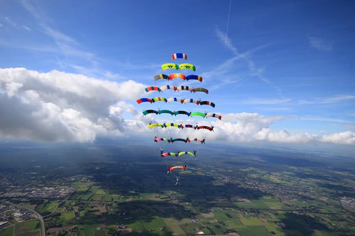 Om 14:05 is de European Canopy Formation (ECF) groep er in geslaagd een nieuw Europees record te vestigen. Vooruitlopend op een officiële bevestiging door de Federation Aeronautique International  (FAI) claimt de ECF het record van 30 deelnemers
