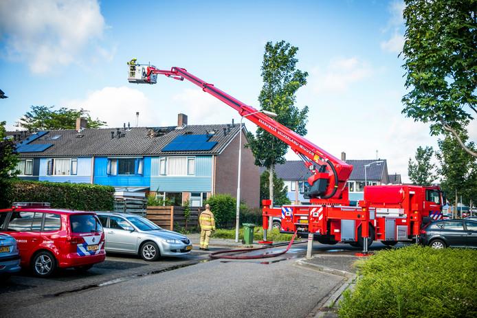De brandweer bij de woning in Elst.