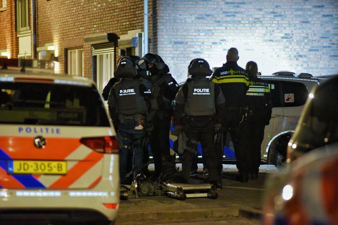 Arrestatieteam vlak voordat het de woning van de dreigende man binnenvalt.