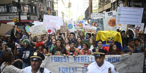 Klimaatbetogers op de stoep bij klimaatscepticus Trump in New York
