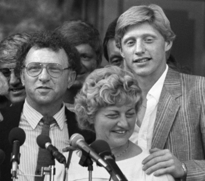 Boris met ouders Karl-Heinz en Elvira na zijn eerste Wimbledonzege in 1985.
