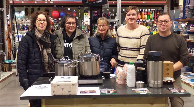 Archiefbeeld: Enkele vrijwilligers van de dierenvoedselbank in Opwijk.