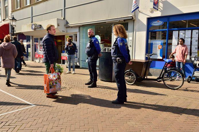 Handhaver Rico van den Broek in gesprek met burgemeester Pieter Verhoeve tijdens de warenmarkt op zaterdag 28 maart.