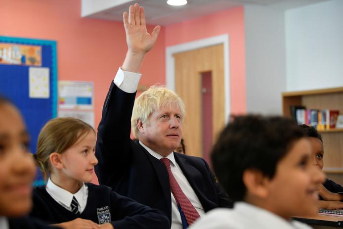 Premier Johnson, hier tijdens een bezoek dat hij vandaag bracht aan een lagere school in Londen, heeft nog vijftig dagen de tijd om zijn brexitbelofte waar te maken.