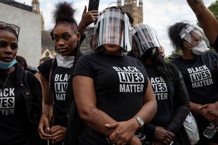 Protestanten op het Londense Parliament Square herdenken George Floyd op 9 juni, de dag van zijn uitvaart. Beeld Getty Images