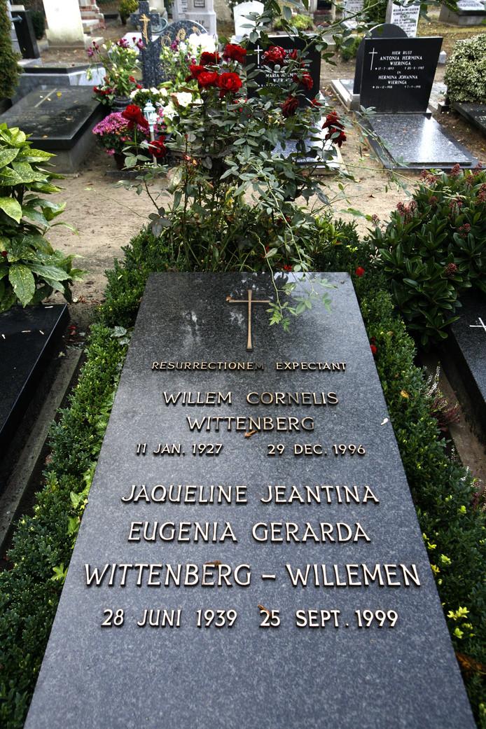 Het graf van de vermoorde weduwe. Als overlijdensdatum is genomen de dag dat ze dood werd aangetroffen in haar woning: 25 september 1999.