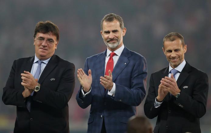 De Spaanse koning Felipe applaudisseert.