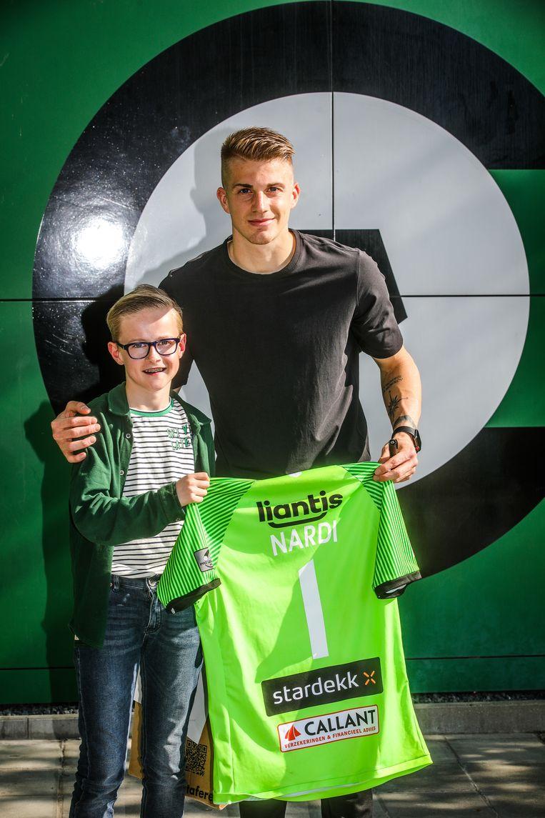 Brugge cercle supporter Thomas Van Goethem krijgt truitje Nardi
