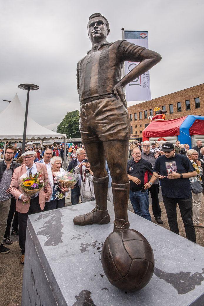 Jan van Roessel, clubicoon van Willem II met een eigen standbeeld. Oud-spelers zoals hij dienen als gespreksonderwerp voor het nieuwe initiatief Football Memories.