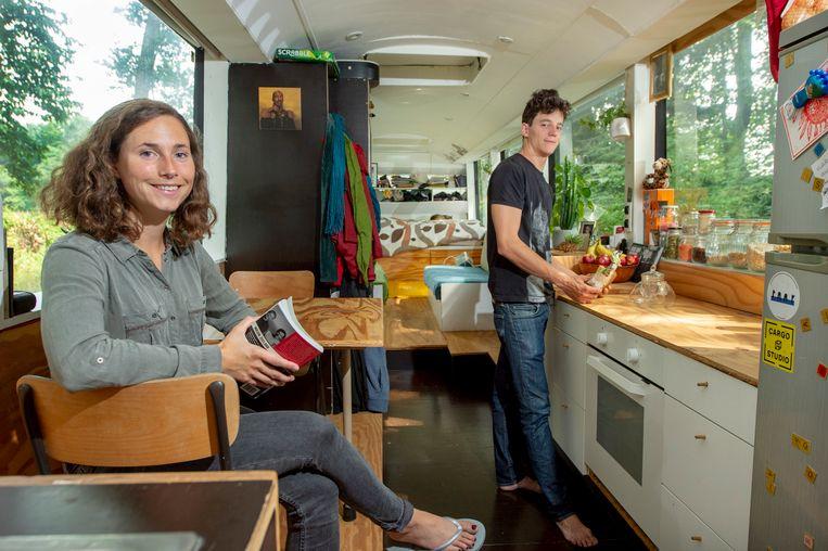 Lotte (27) en Robbe (29) installeerden een eenvoudige, maar gezellige keuken in hun bus.