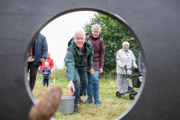De familie Bouwknegt heeft in Hardenberg hun familieweekend en werpen dennenappels.