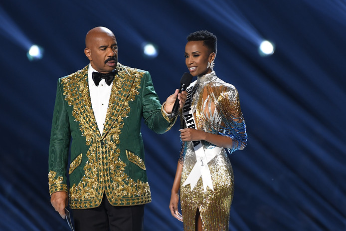 Steve Harvey met de winnares.