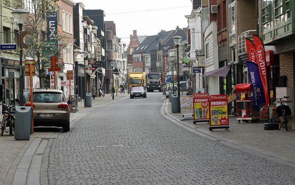 Een lege Zandstraat, de belangrijkste winkelstraat van Herentals.