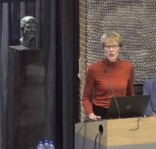 Mieke Bosch, armoede-ambassadeur van Meierijstad tijdens de informatieve avond over armoede en schulden in Sint-Oedenrode.