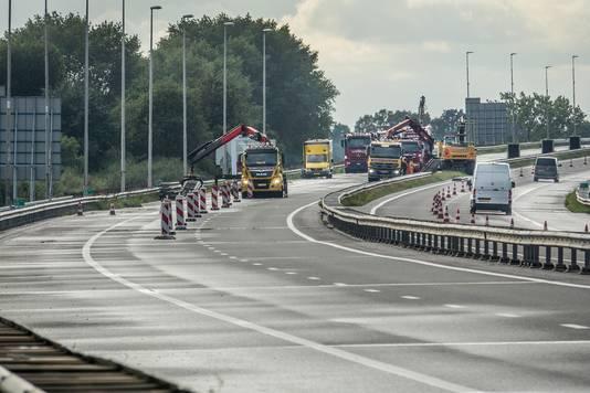 Werk aan de A77. Op de andere rijbaan, richting Rijkevoort en A73, wordt een rijstrook vrij gemaakt voor verkeer richting Duitsland.