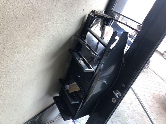De brievenbus werd in stukken geblazen.