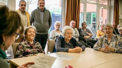 Vrijwilligers bib lezen voor in woonzorgcentra
