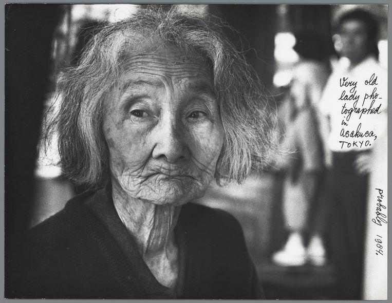 Portret van een oude vrouw in Japan, met belettering in zwarte viltstift, 1984. Beeld Ed van der Elsken