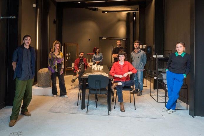 Acht van de tien deelnemers aan de Kazerne Design Award 2020, in een deel van de tentoonstellingen met hun werk, met in het midden - grijze blouse - de winnaar Shaakira Jassat.
