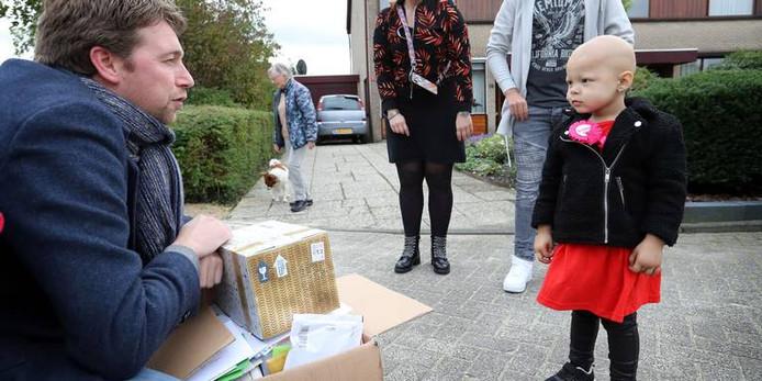 Verslaggever Bas van Sluis met de pakjes die bij het kantoor van Dagblad van het Noorden in Assen voor Eva zijn afgeleverd.
