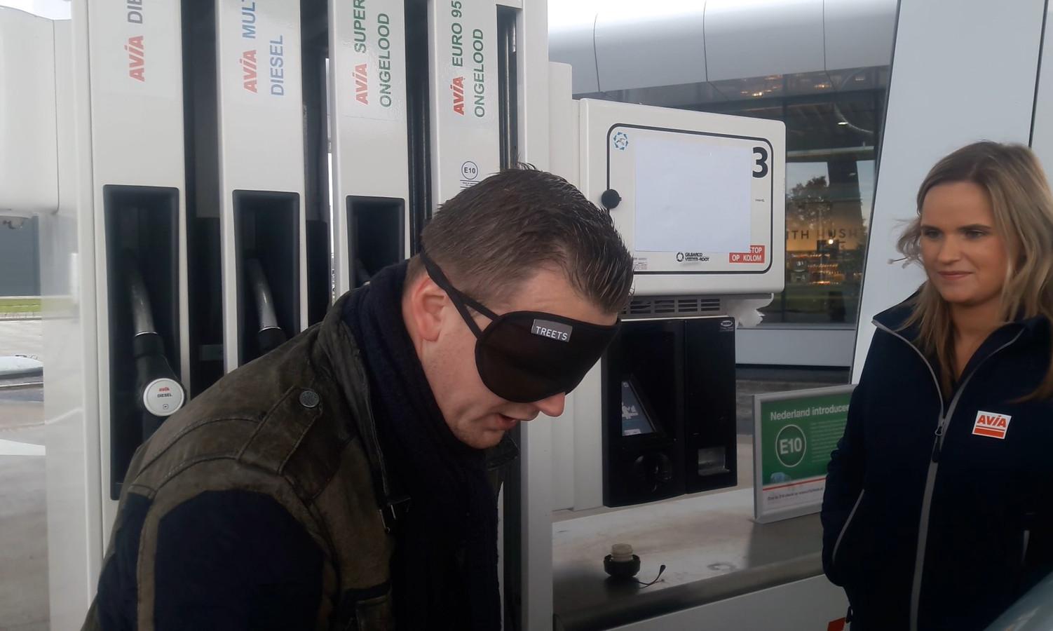 Verslaggever Ron Hemmink probeert precies 10 liter benzine te tanken.