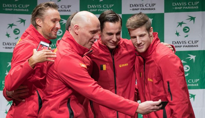 Joris De Loore (r.) samen met Ruben Bemelmans, coach Johan Van Herck en Sander Gille na de Davis Cupzege tegen de Verenigde Staten in april 2018.