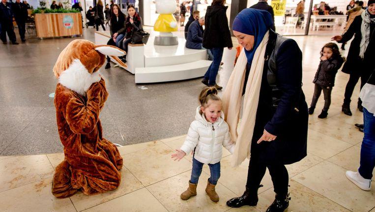 Kinderen gaan op de foto met een paashaas in het winkelcentrum in het Utrechtse station Hoog Catherijne. Beeld anp