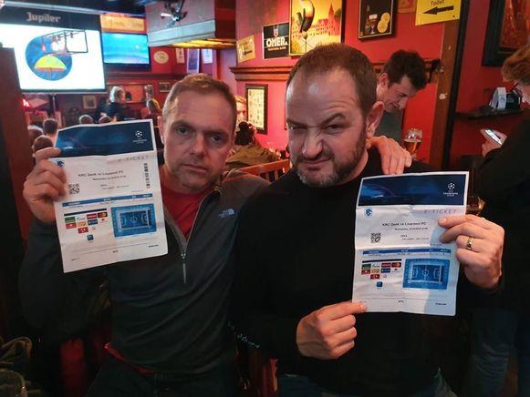 De twee fans met hun tickets.