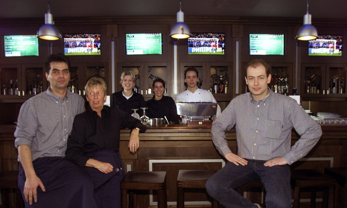 Paul van Kemenade als uitbater van De Verlenging, samen met het personeel. Derde van links zijn vrouw Sandra, geheel links zijn zwager Erik Swinkels.