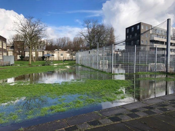 Dat wordt in de regen voetballen. Tussen Buiksloterweg en Wingerdweg.