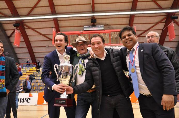 Anil Badloe (uiterst rechts) met de KNVB-beker in 2015.